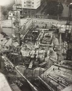 24 ottobre 1956, veduta dall'alto del cantiere del Centro Pirelli: sono ripresi l'impianto di betonaggio, le strutture di fondazione e le gru