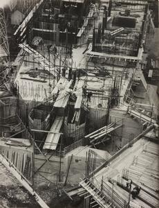 24 ottobre 1956, veduta dall'alto del cantiere del Centro Pirelli: sono riprese le strutture di fondazione