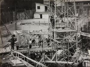 24 ottobre 1956, veduta del cantiere del centro Pirelli: sono ripresi alcuni operai edili al lavoro presso una struttura metallica