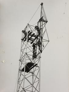 24 ottobre 1956, cantiere del Centro Pirelli: alcuni operatori al lavoro all'interno di una struttura metallica