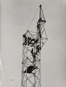 24 ottobre 1956, cantiere del Centro Pirelli: alcuni operai edili al lavoro all'interno di una struttura metallica