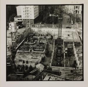 19 ottobre 1956, veduta dall'alto del cantiere del Centro Pirelli: sono riprese le strutture di fondazione e le gru
