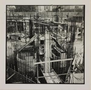 24 ottobre 1956, veduta del cantiere del Centro Pirelli: sono riprese strutture in metallo e in legno