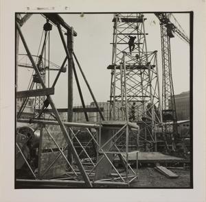 24 ottobre 1956, veduta del cantiere del Centro Pirelli: sono riprese alcune strutture in metallo e alcuni uomini al lavoro