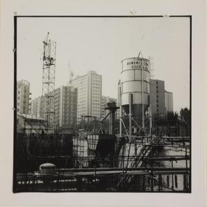 24 ottobre 1956, veduta del cantiere del Centro Pirelli: la centrale di betonaggio