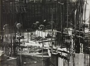 29 ottobre 1956, veduta del cantiere del Centro Pirelli: sono ripresi uomini al lavoro e strutture metalliche