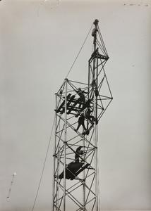 20 ottobre 1956, cantiere del Centro Pirelli: una struttura metallica, forse un elevatore di calcestruzzo