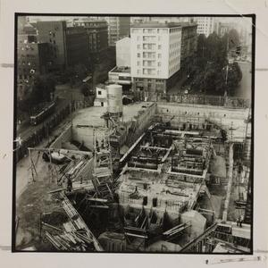 20 ottobre 1956, veduta dall'alto del cantiere del Centro Pirelli: sono ripresi l'impianto di betonaggio e le strutture di fondazione