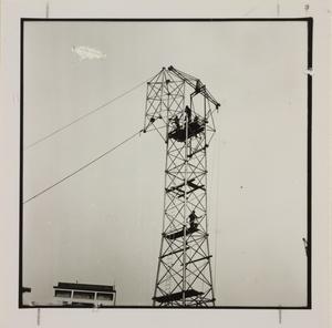 20 ottobre 1956, cantiere del Centro Pirelli: è ripresa una struttura di metallo, probabilmente un elevatore di calcestruzzo