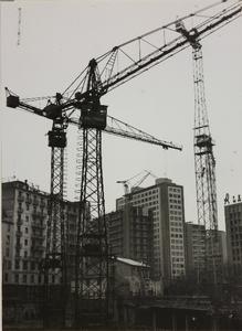 29 ottobre 1956, cantiere del centro Pirelli: gru e palazzi limitrofi