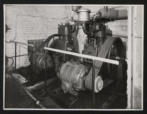 Cantiere del Centro Pirelli: gruppo di compressori per il servizio della centrale per la produzione di calcestruzzo. L'immagine è stata pubblicata dalla rivista Pirelli (anno X, n. 2, marzo-aprile 1957, p. 14)
