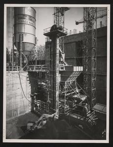 Cantiere del Centro Pirelli: veduta d'insieme della centrale per la produzione del calcestruzzo. L'immagine è stata pubblicata dalla rivista Pirelli (anno X, n. 2, marzo-aprile 1957, p. 14)