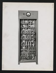 Cantiere del Centro Pirelli: telecomandi della centrale per la produzione del calcestruzzo. L'immagine è stata pubblicata dalla rivista Pirelli (anno X, n. 2, marzo-aprile 1957, p. 15)