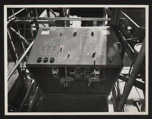 Cantiere del Centro Pirelli: quadro di comando della centrale per la produzione del calcestruzzo. L'immagine è stata pubblicata dalla rivista Pirelli (anno X, n. 2, marzo-aprile 1957, p. 14)