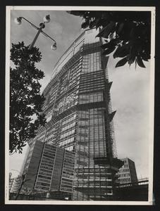 Il grattacielo Pirelli, completato nella parte superiore, visto dal basso