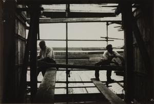 Il cantiere del Centro Pirelli: operai edili al lavoro su un ponteggio in legno