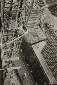 Veduta dei ponteggi del grattacielo in costruzione e dei palazzi circostanti