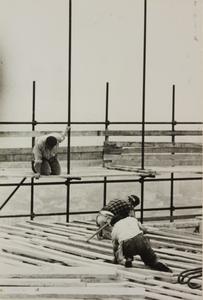 Il cantiere del Centro Pirelli: costruzione delle intelaiature in legno