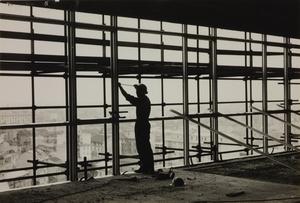 Il cantiere del Centro Pirelli: un operaio edile lavora alla facciata