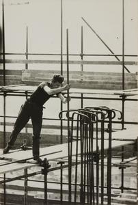 Il cantiere del Centro Pirelli: un operaio edile al lavoro su un ponteggio