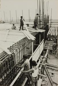 Il cantiere del Centro Pirelli: operai edili al lavoro