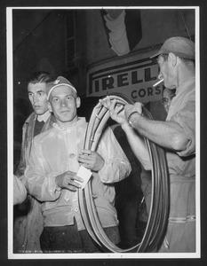 La consegna dei tubolari a un corridore svizzero presso La Gazzetta dello Sport