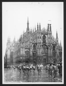Il passaggio dei corridori in piazza del Duomo a Milano
