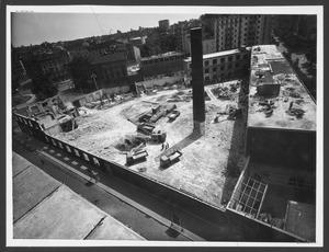 La demolizione della Brusada vista da piazza Duca D'Aosta: i fabbricati verso Piazza Duca D'Aosta sono già stati demoliti, mentre gli edifici lungo via Filzi e parte di quelli su via Pirelli sono ancora presenti