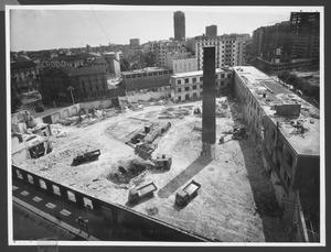 La demolizione della Brusada vista da piazza Duca D'Aosta: i fabbricati verso Piazza Duca D'Aosta sono già stati demoliti, mentre gli edifici lungo via Filzi e parte di quelli su via Pirelli sono ancora presenti. L'immagine è stata pubblicata dalla rivista Pirelli (anno VIII n. 3 maggio-giugno 1955 p. 9)