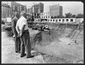 La demolizione della Brusada: smantellamento dei fabbricati su via Filzi e inizio delle operazioni di scavo. L'immagine è stata pubblicata da Fatti e Notizie (anno VI n. 8-9 agosto-settembre 1955 p. 10)