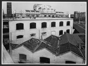 La demolizione della Brusada: smantellamento dei fabbricati su piazza Duca d'Aosta. Sullo sfondo è visibile la Stazione Centrale di Milano
