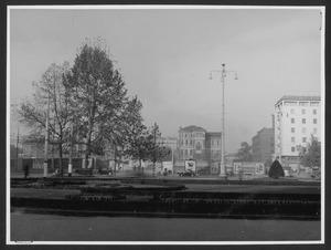 Veduta, da piazza Duca d'Aosta, dell'area dove sorgerà il Centro Pirelli: i fabbricati della Brusada sono ormai stati demoliti e non sono più visibili