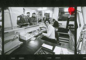 L'ufficio postale: l'immagine è stata pubblicata da Fatti e Notizie (anno XXV, n. 8, 1974, p. 32)