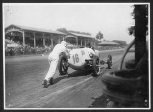 L'auto del pilota Martin de Alzaga, una Miller 122 n. 16, spinta dal meccanico
