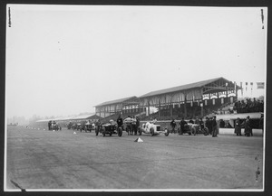La partenza della corsa: l'Alfa Romeo P2 di Antonio Ascari (n. 1), la Mercedes M72 di Christian Werner (n. 2) e la Rolland-Pilain Schmid di Jules Goux (n. 3)