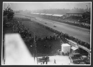 Spettatori ai lati della pista e sulle tribune assistono al passaggio dei corridori