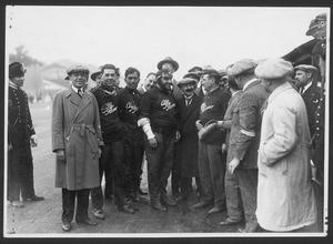La scuderia Alfa Romeo: da sinistra, il meccanico Giulio Ramponi, i piloti Ferdinando Minoia e Giuseppe Campari, l'ingegnere e imprenditore Nicola Romeo, il pilota Antonio Ascari