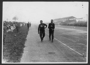 Il pilota Antonio Ascari con il meccanico Giulio Ramponi