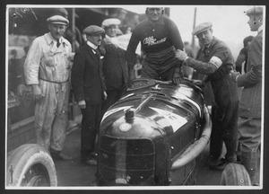 Il pilota Antonio Ascari su Alfa Romeo P2 insieme ai progettisti Luigi Bazzi, Vittorio Jano e Giorgio Rimini