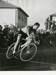 Il passaggio del corridore Giuseppe Minardi (1928) durante una gara ciclistica