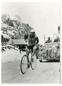 Il corridore ciclista Gino Bartali (1914-2000), probabilmente durante un'edizione del Giro d'Italia