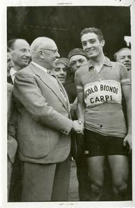 Il corridore Loretto Petrucci insieme ad Arturo Pozzo, dirigente Pirelli: l'immagine è stata pubblicata da Fatti e Notizie (anno III, n. 3-4, marzo-aprile 1952, p. 7)