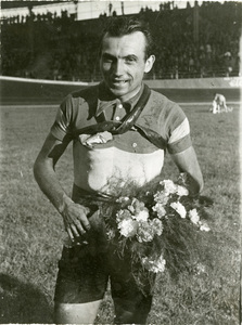 Il corridore Alfo Ferrari, vincitore della terza edizione del Gran Premio Pirelli, al Velodromo Vigorelli dopo la fine della corsa