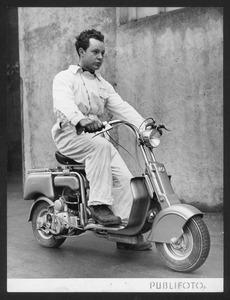 """Un tecnico su scooter Lambretta """"125 B"""""""