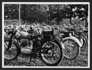 Alcune motociclette in un parco: in primo piano, due motociclette Gilera 125 e Nettuno Sport