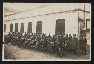 Militari in motocicletta davanti allo stabilimento Garelli