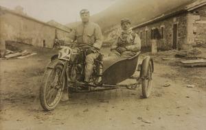 Partecipanti alla corsa motociclistica nella categoria sidecars