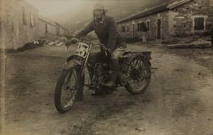 Un partecipante alla corsa motociclistica