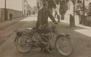 Il corridore motociclistico A. Rothenbach nel 1921. Il pilota partecipò alla III edizione della Sei Giorni Internazionale di Enduro (conosciuta anche come International Six Days Enduro - ISDE e International Six Days Trial - ISDT), disputatasi tra l'1 e il 6 agosto 1921 su Motosacoche equipaggiata con pneumatici Pirelli. La manifestazione vide la vittoria della squadra svizzera, di cui faceva parte il pilota A. Rothenbach.