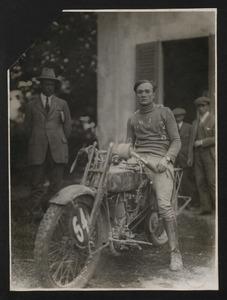 Il corridore motociclista Edoardo Winkler su Harley-Davidson equipaggiata con pneumatici Pirelli. Il pilota partecipò al Campionato italiano di motociclismo del 1920, disputatosi a Gallarate, vincendo nella categoria 1000 cc e laureandosi campione italiano